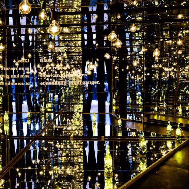 Installasjonen av resirkulert glass ender i et effektfullt speilrom.