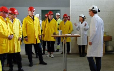 Klima- og miljøminister Ola Elvestuen lyttet til orienteringen fra daglig leder Susan Heldal og FoU-sjef Per Bakke i OIW, før han startet pilotanlegget til Norsep-prosessen ved å trykke på en knapp.