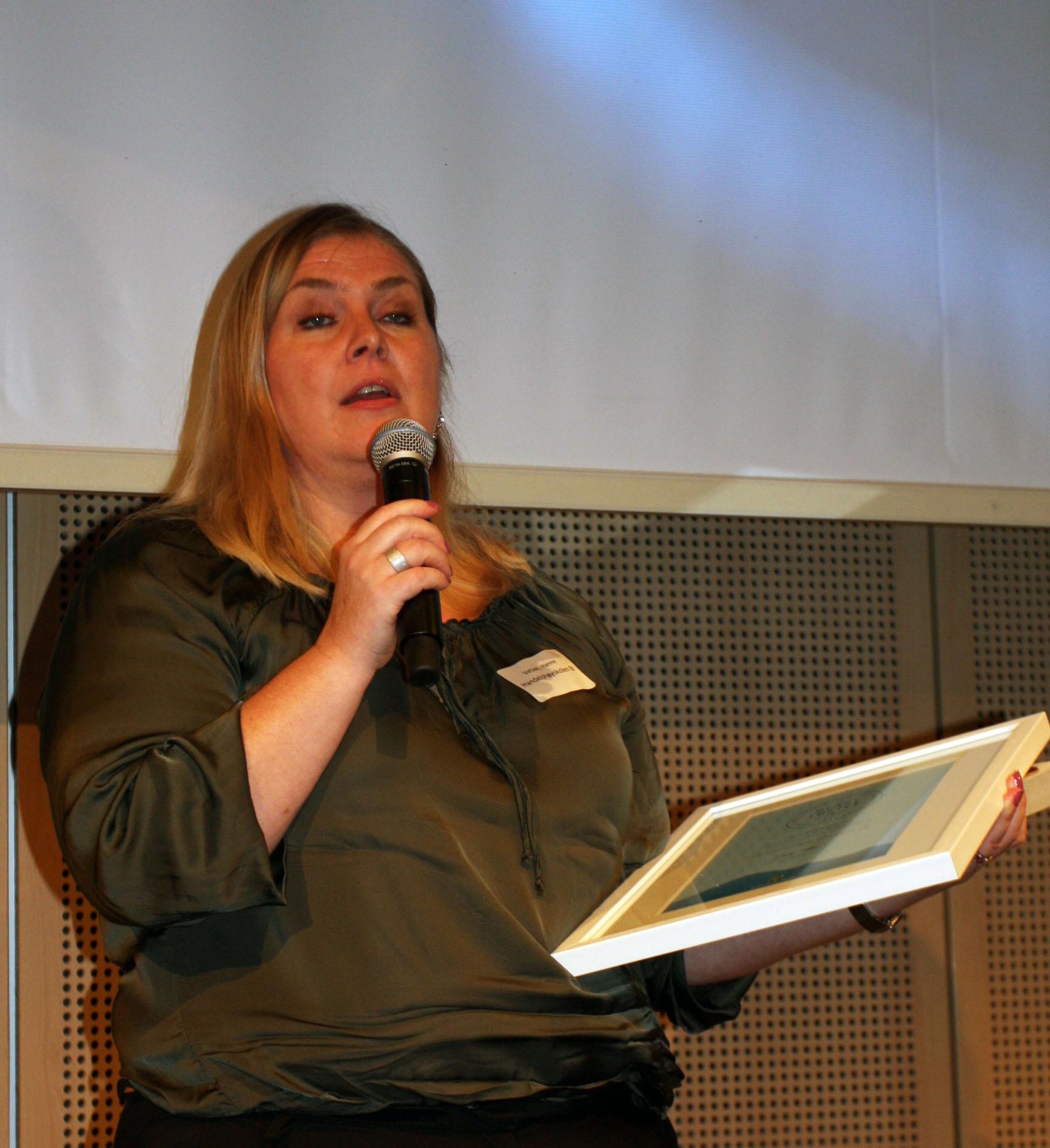 Hanne Vetaas fra Handelshøyskolen BI fikk pris for å ha gått tilbake til porselen og glass i kantinene og dermed halvert restavfallsmengden fra de 17 000 studentene.