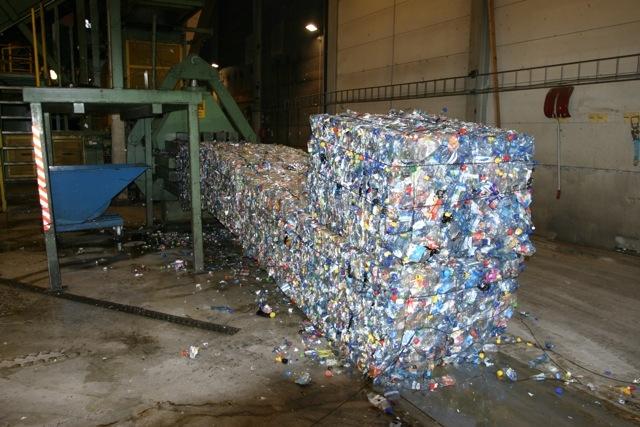 – Vellykket gjenvinning krever at produksjonen av kortlivet plast konsentreres om noen få typer, f.eks. PET, sa Jim Puckett på Arendalsuka. Bildet viser komprimerte PET-flasker ved Infinitums anlegg på Fetsund.