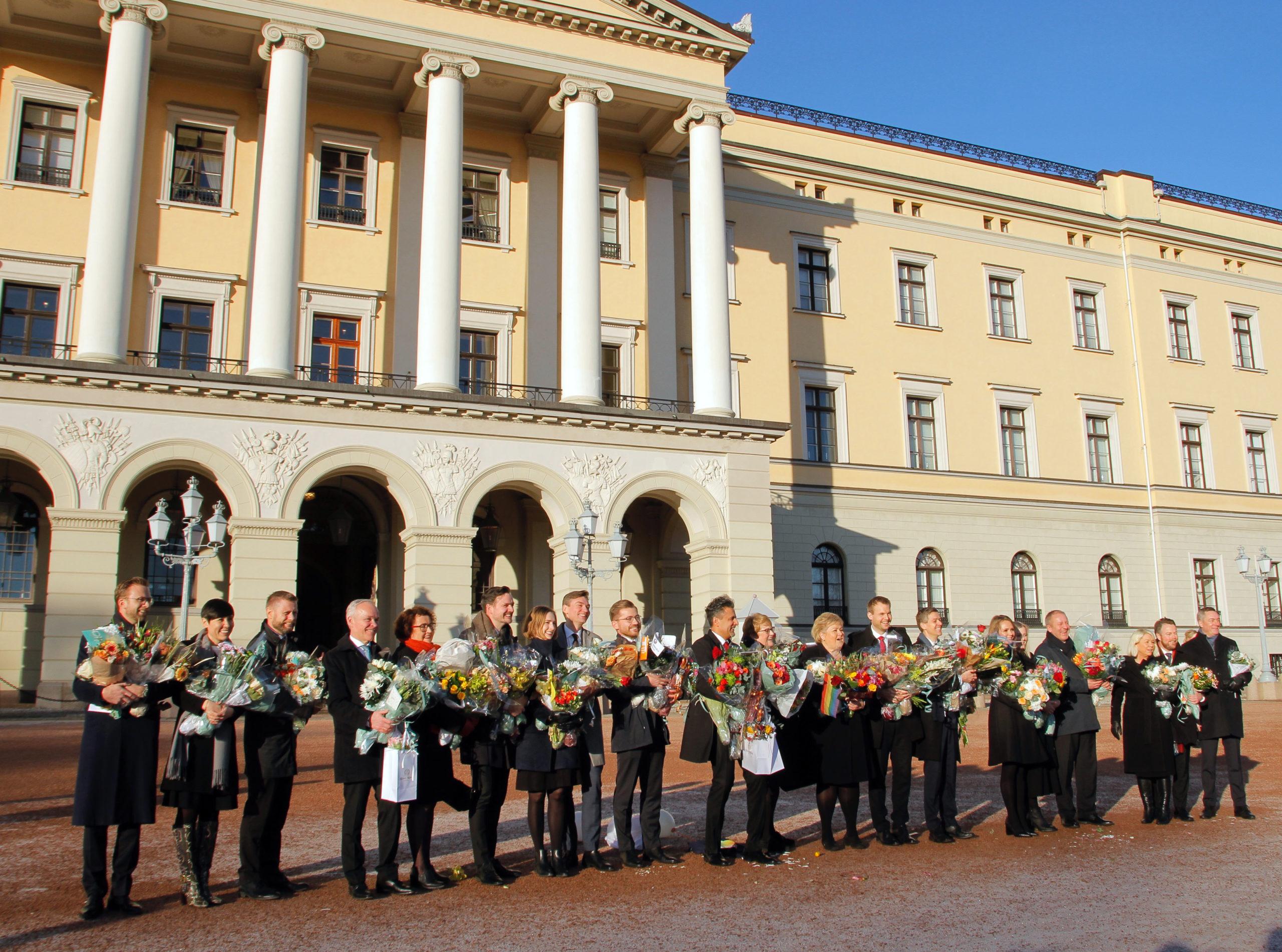 Den nye regjeringen som er utgått fra Høyre, Venstre, og Kristeleg Folkeparti ble presentert på Slottsplassen fredag.