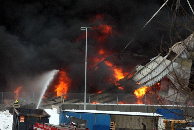 Det brant voldsomt i Norsk Gjenvinnings papirlager på Haraldrud ganske kort etter utbruddet av brannen på formiddagen torsdag 8.mars. Men brannen lot seg begrense slik at mesteparten av den store hallen forble uskadd.