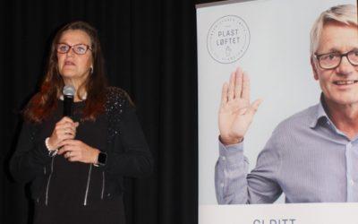 Jaana Røine ønsker en fullsatt sal av emballasjebrukere velkommen til lanseringen av Plastløftet.