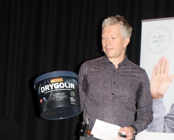 Emballasjesjef Ole-Anton Bakke har lenge vært engasjert i arbeidet med å gjøre emballasjen mer miljøvennlig. Nå lanserer selskapet en ny maling i spann av 100 % gjenvunnet plast.