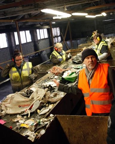 Oppe på sorteringslinja gjenkjente Per Haakonsen en Gilde-kasse før den ble nappet til side og sendt ned i båsen for denne plasttypen.