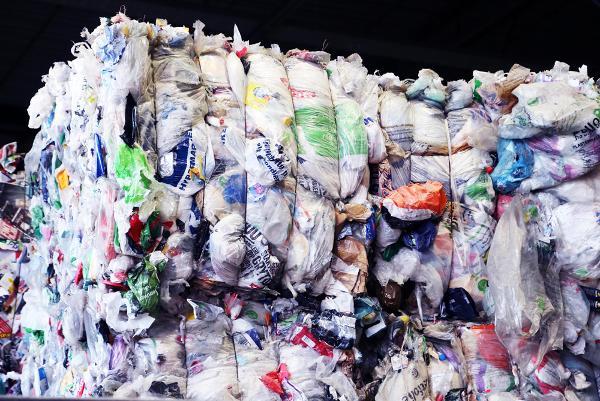 Plast fra husholdningene mellomlagres nå i Holmestrand og på Gardermoen for at hentingen hos kommunene skal gå sin gang.