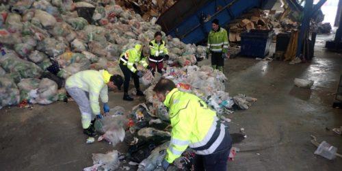 Kvalitetsrevisjonen innebærer en grundig kontroll av den innsamlede plastemballasjen. Foto: Grønt Punkt Norge
