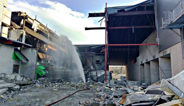 De materielle skadene ble store etter den siste brannen ved Revac. Først da deler av hallen var revet og man kunne kjøre ut den forkullede massen fikk man slukket ordentlig. Foto: Vestfold Interkommunale Brannvesen.
