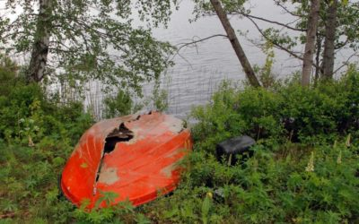 Tiltakene som ble satt inn for to år siden har ikke fått de «herreløse» båtene vekk fra strender og bukter – blant annet fordi det ikke er mulig å finne ut hvem som eier dem.