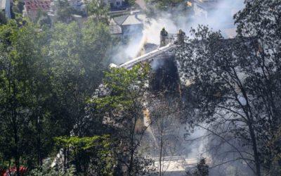 Brannvesenet hadde en vanskelig jobb med slukking av brannen som startet i renovasjonsbilen nederst midt på bildet.