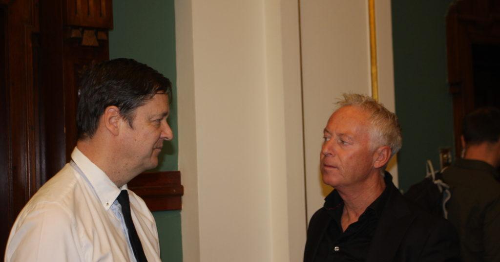Johnny Enger i samtale med sin forsvarer John Christian Elden etter at forhandlingene i Høyesterett er avsluttet.