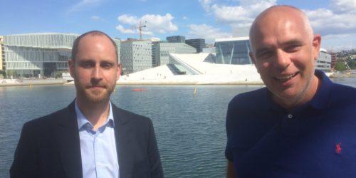 Ralf Schöpwinkel (t.h.) i Geminor skal forsyne Quantafuels anlegg i Skive med plastavfall. Product manager Idar Alvestad presenterte opplegget på Norwaste sin ettårs-markering i juni.