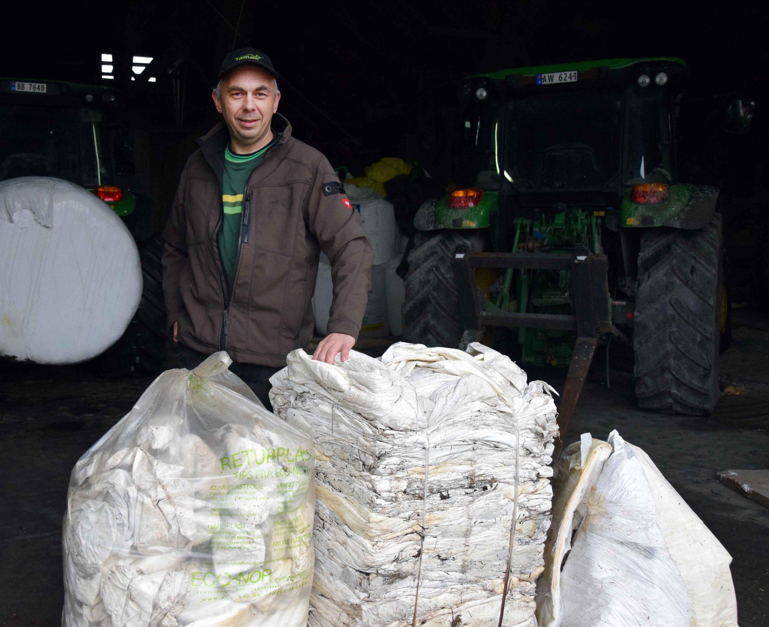 Produktsjef for rundballeplast i Felleskjøpet, Jan Håvard Kingsrød, viser at plast fra 50-60 rundballer blir komprimerer til en 80 kilos firkant med emballasjepressa.