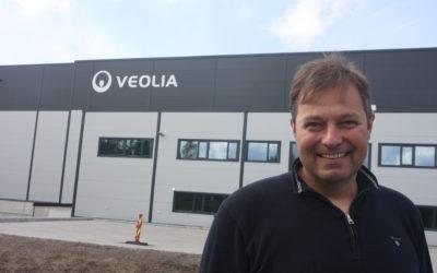 Fabrikksjef Torben Beck foran anlegget som skal stå for gjenvinning av praktisk talt alle plastflaskene som kommer inn gjennom det norske pantesystemet.