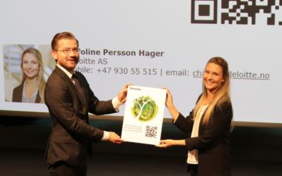 Klima- og miljøminister Sveinung Rotevatn får overrakt rapporten fra Caroline Hager Persson i Deloitte.