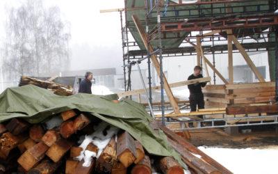 GJENBRUK: Fra 1925 til 2020 gjorde treverket nytte som låve i Nord-Odal. I løpet av 2021 bygger elever ved Skarnes videregående skole boligmoduler av det.