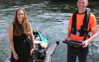 Catarina Frostad i Clean Sea Solutions har nettopp overrakt styringsenheten til den søppelsamlende dronen til overingeniør Edvin Kongsten Wibetoe i Oslo Havn KF.