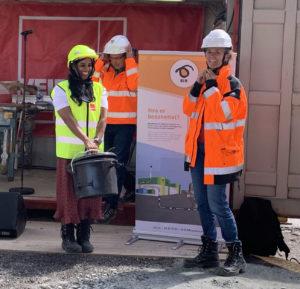 Byrådsleder og prosjektleder med den innholdsrike grunnsteinen