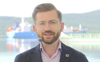 En opplagt klima- og miljøminister Sveinung Rotevatn la fram strategien på Herøya, med Rafnes i bakgrunnen.